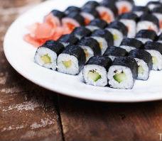 Existuje řada jídel, jež vznikla buď jako experiment (sendvič, švédské stoly), nebo z nouze – třeba pizza či i u nás stále oblíbenější japonské sushi