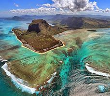 Asi dva tisíce kilometrů východně od pobřeží Afriky a 900 kilometrů východně od Madagaskaru leží v Indickém oceánu ostrovní stát Mauricius, označovaný i jako Mauritius.